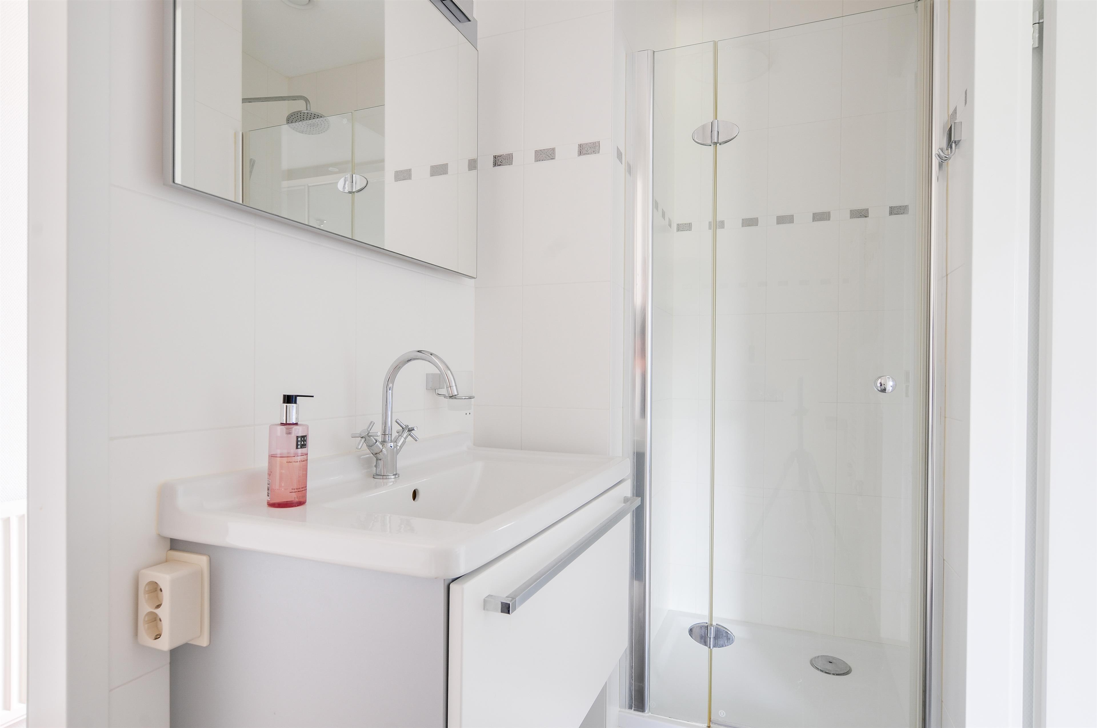 Badkamer Hoofddorp : De badkamer is toegankelijk vanuit de gang en ...