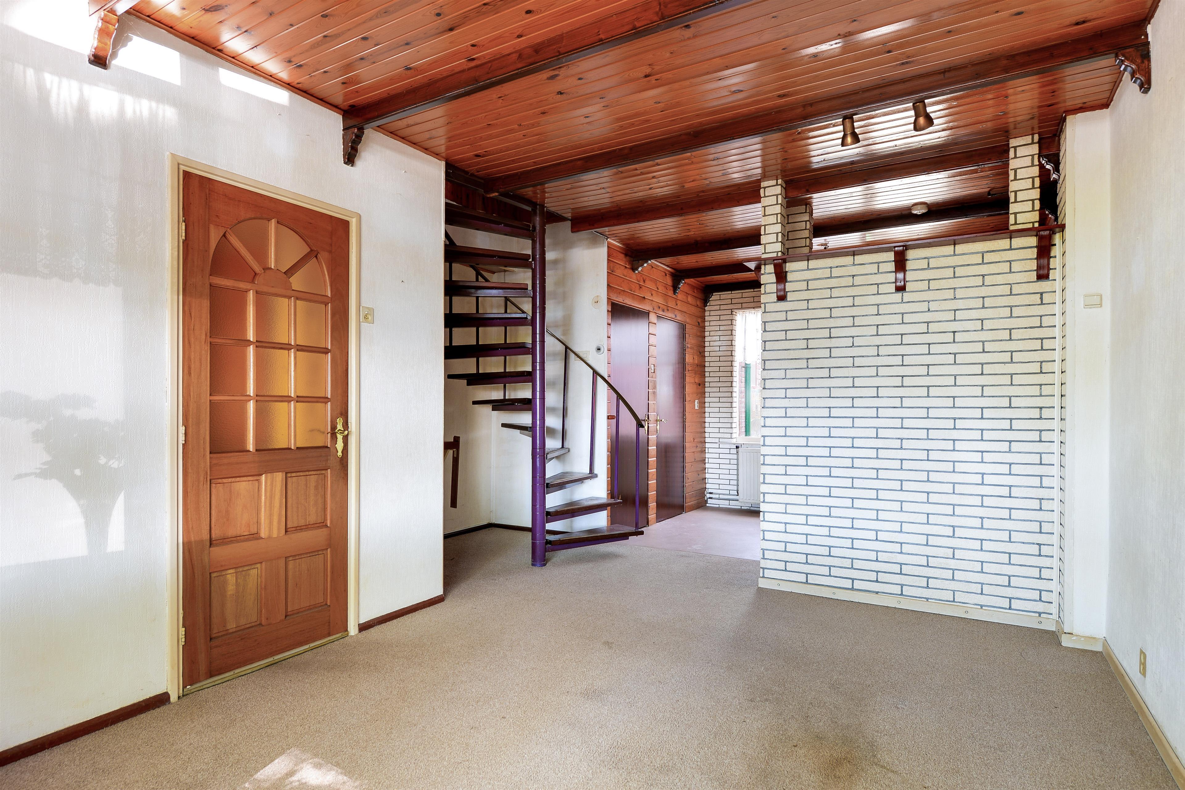 Wat Is Een Half Open Keuken : richten. De knusse ruimte heeft een open trap en een half open keuken